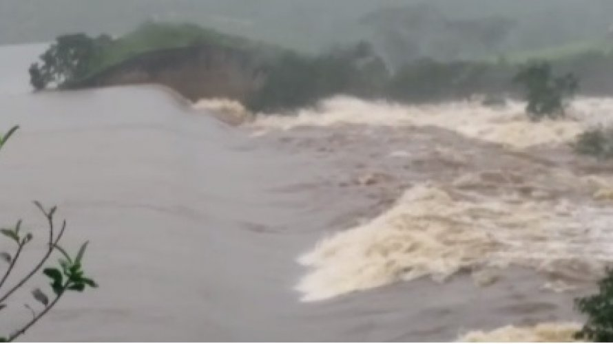 Vídeo: moradores deixam residências com água e lama na altura do joelho em Coronel João Sá