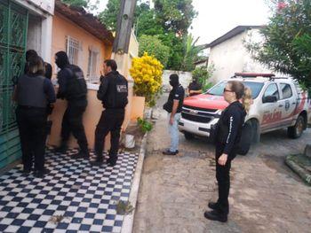 Operação cumpre 17 mandados e policiais buscam por acusados de roubos e homicídios