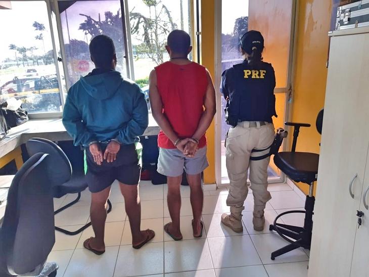 Homem com mandado de prisão em Alagoas é presos com  revólver e 49 comprimidos de droga sintética na BR-423