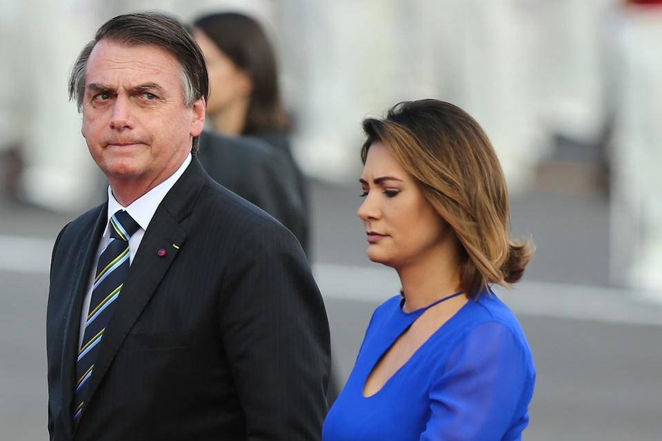Bolsonaro diz que Michelle está abatida após revelações sobre família