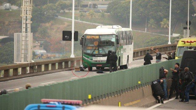 Atirador do Bope mata sequestrador de ônibus na Ponte Rio-Niterói; ação terminou sem reféns feridos