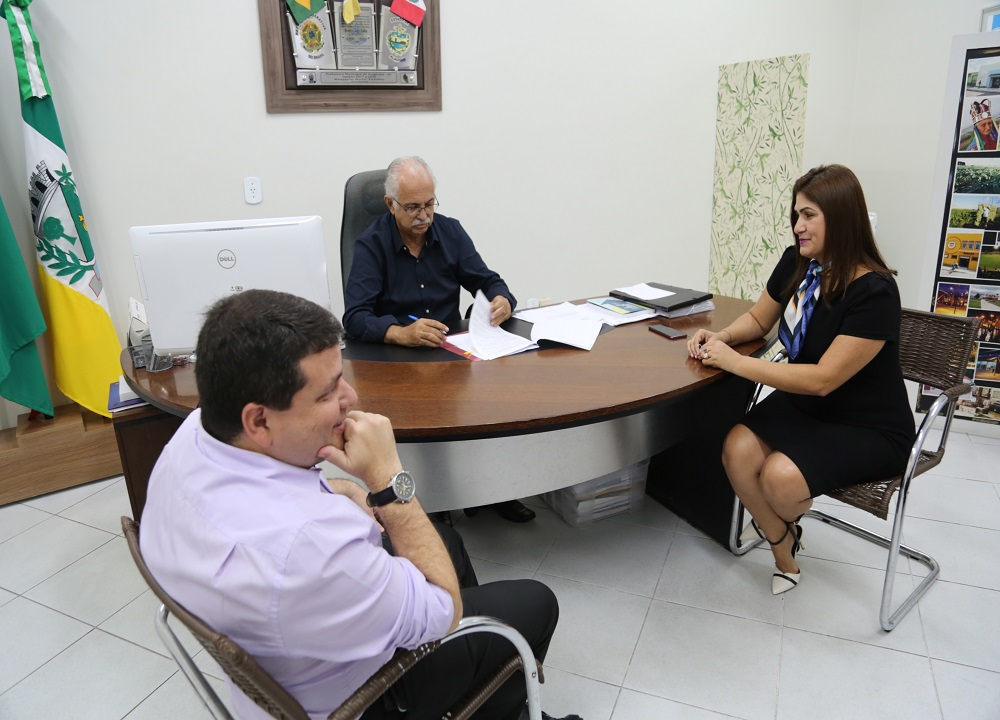 PREFEITO ASSINA CONVÊNIO QUE PERMITE EXECUÇÃO DO PROJETO DE TRABALHO SOCIAL NO VALE DO PERUCABA