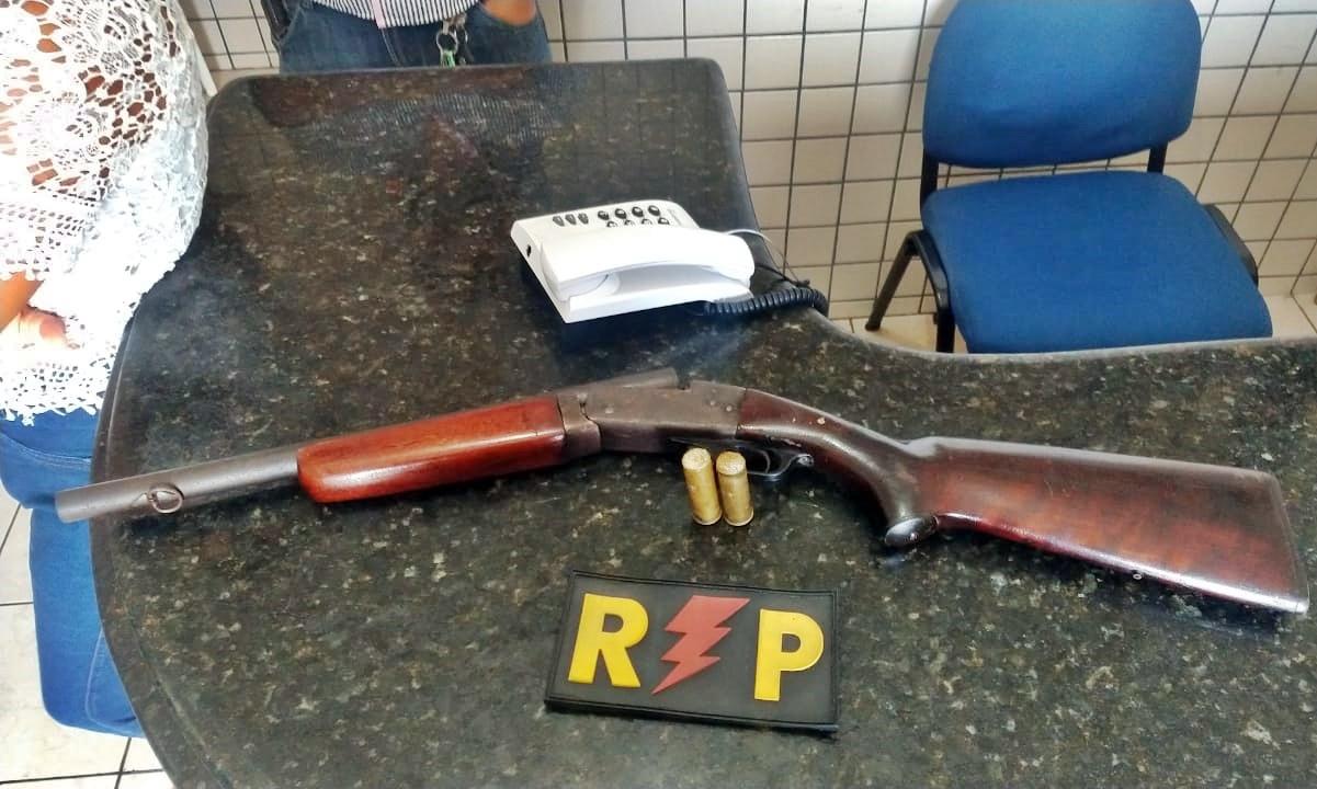 Dona de bar é presa com arma de uso restrito da polícia no interior de Alagoas