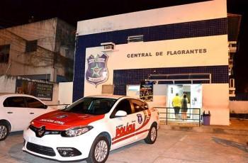 Turista é preso com drogas, dinheiro falso e crachás em Alagoas