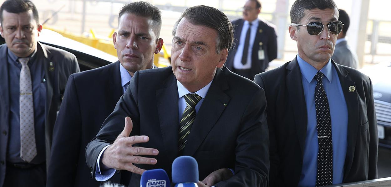 "Bolsonaro nega fim da estabilidade dos servidores e critica ""patifaria"" da imprensa"