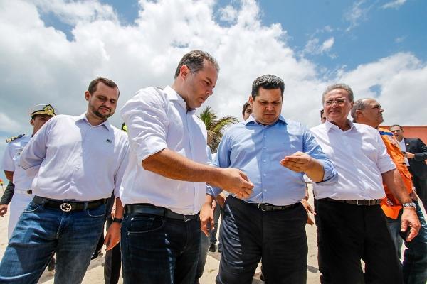 ÓLEO NO MAR Governador e presidente da República em exercício inspecionam litoral de AL