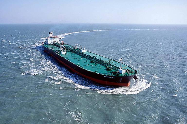Segundo pesquisadores, mancha de óleo apareceu antes de passagem de navio grego