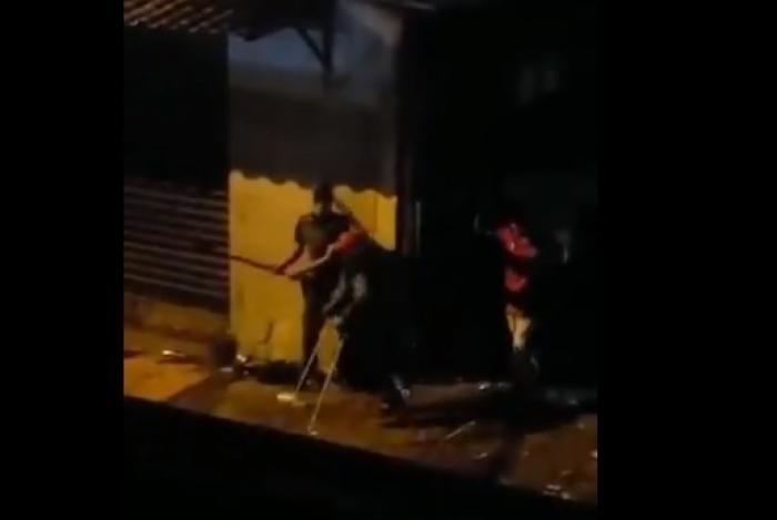 Covardia! Vídeo mostra PM agredindo jovem de muleta em Paraisópolis e rindo depois