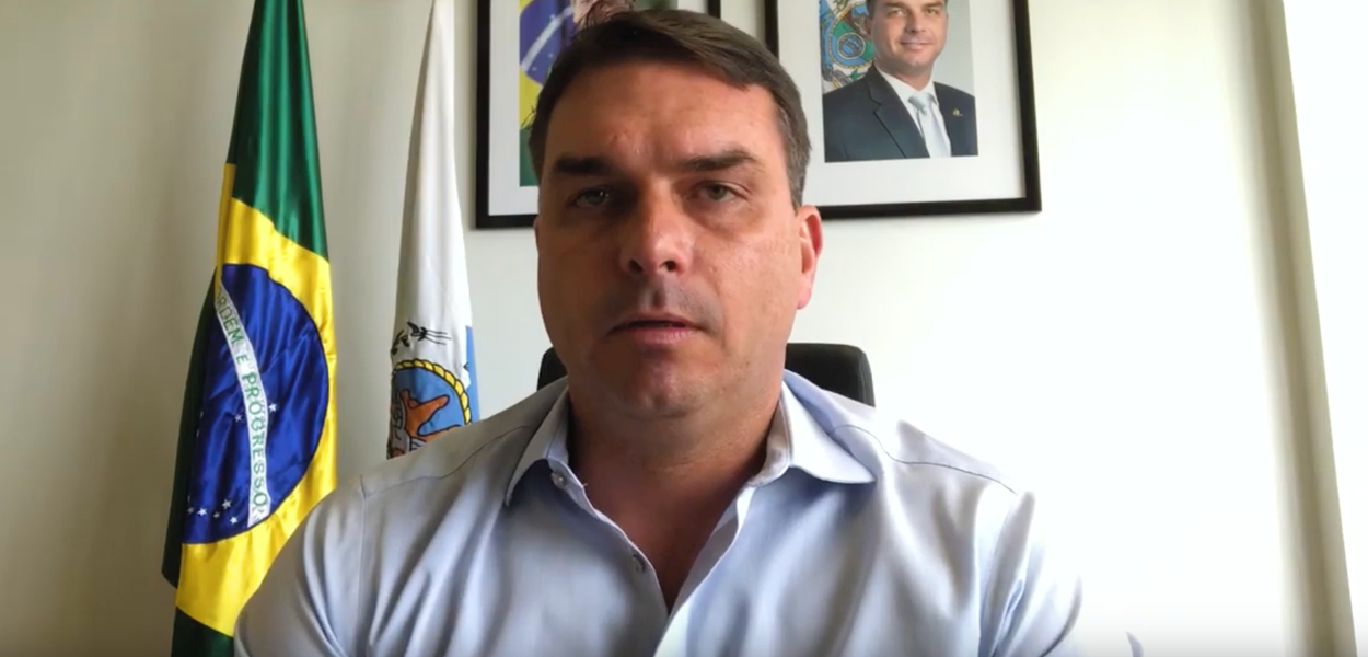 Flagrado em megaesquema de corrupção, Flávio Bolsonaro se diz perseguido por causa do pai