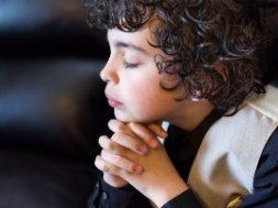 crianca-rezando-aluno-estudante-oracao
