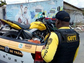 Fiscalização autua condutores e remove 22 veículos
