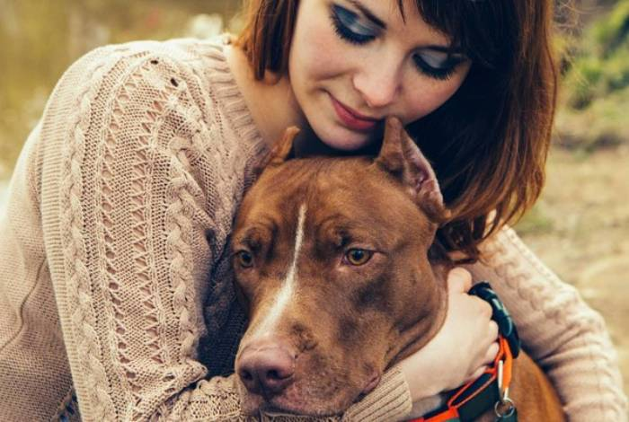 Cachorro fareja tumor na perna da dona e salva sua vida