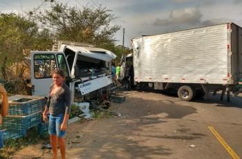 VÍDEO. Grave acidente entre caminhões deixa vítimas presas às ferragens na AL-115