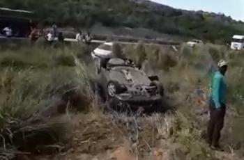 VÍDEO. Quatro veículos capotam após caminhão derramar brita sobre a rodovia BR-101