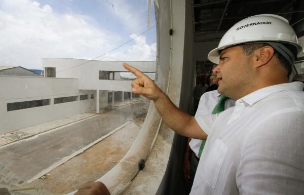 EM MACEIÓ Governador inspeciona construção do Viaduto da PRF e do Hospital Metropolitano