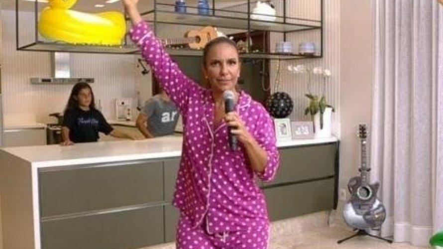 De pijama, Ivete faz show em casa e estreia programa de lives da Globo