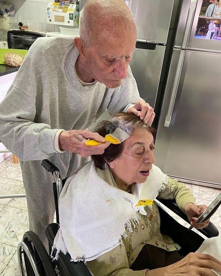 Imagem de idoso de 92 anos pintando o cabelo da esposa e viraliza nas redes sociais; veja