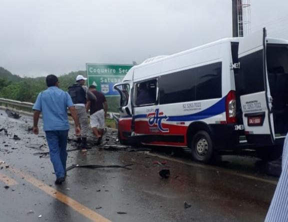 VIDEO: Acidente próximo ao trevo do polo entre carro e Van deixa pelo menos 01 morto em Marechal Deodoro