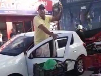 """Vídeo: Homem para trânsito e alerta populares, em aglomeração, sobre coronavírus em Maceió: """"A doença entrou na minha casa"""""""