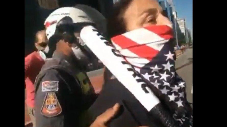 Apoiadora de Bolsonaro é flagrada com taco de beisebol e ofende manifestantes antifascistas