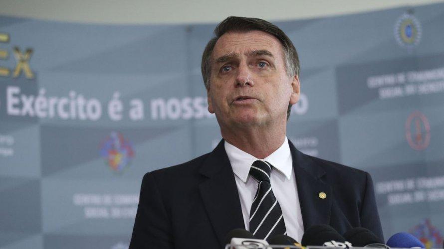 """Vídeo: Bolsonaro chama Folha da """"canalha"""", refuta críticas da mudança da PF no Rio e manda repórter calar a boca"""