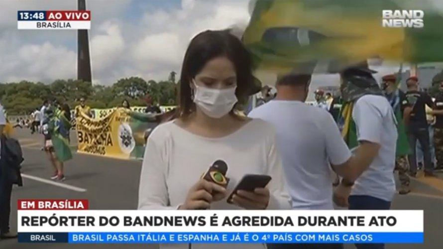 VÍDEO: Apoiadora de Bolsonaro dá bandeirada em repórter da BandNews