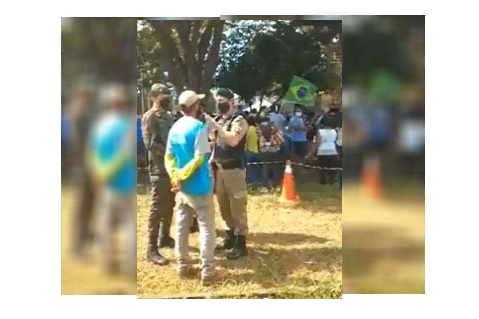 Vídeo: PMs ameaçam homem que reclamou de aglomeração em visita de Bolsonaro