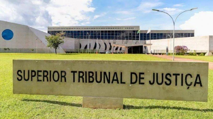 STJ aceita pedido de domiciliar de Queiroz, mas nega benefício a jovem acusado de furtar shampoo