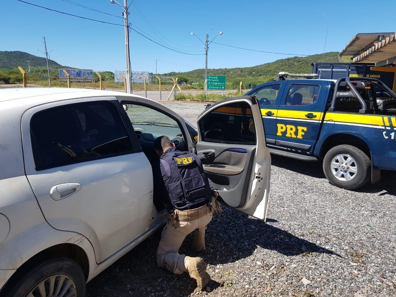 Carro roubado em Boca da Mata é recuperado na BR-232 em Serra Talhada