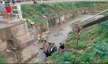 Veículo despenca na Ponte do Urubu em Santana do Ipanema
