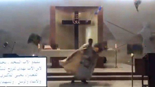 Padre foge durante missa transmitida pela internet após explosão em Beirute