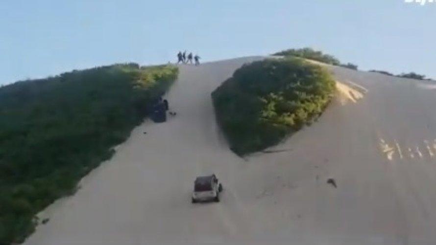 Carro capota várias vezes e cai duna abaixo no Rio Grande do Norte; assista