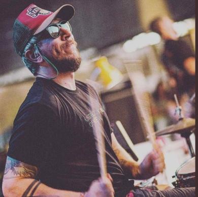 MÚSICA Baterista da banda Lagum, Tio Wilson morre após show