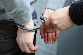 imagem_de_preso_algemado_por_policial.thumbnail