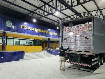 PRF apreende caminhão com mais de 58.000 latas de cerveja sem nota fiscal em AL