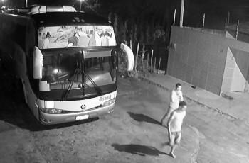 Vídeo. Câmeras de segurança flagram dupla furtando baterias de ônibus, em Arapiraca