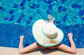 piscina-clube-mulher-chapeu-verao