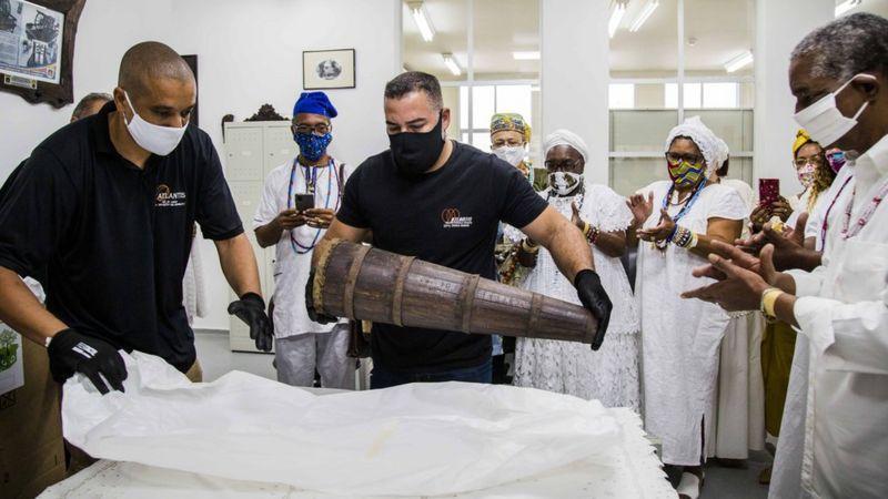 Os objetos sagrados de religiões afrobrasileiras 'libertados' mais de 100 anos após serem apreendidos