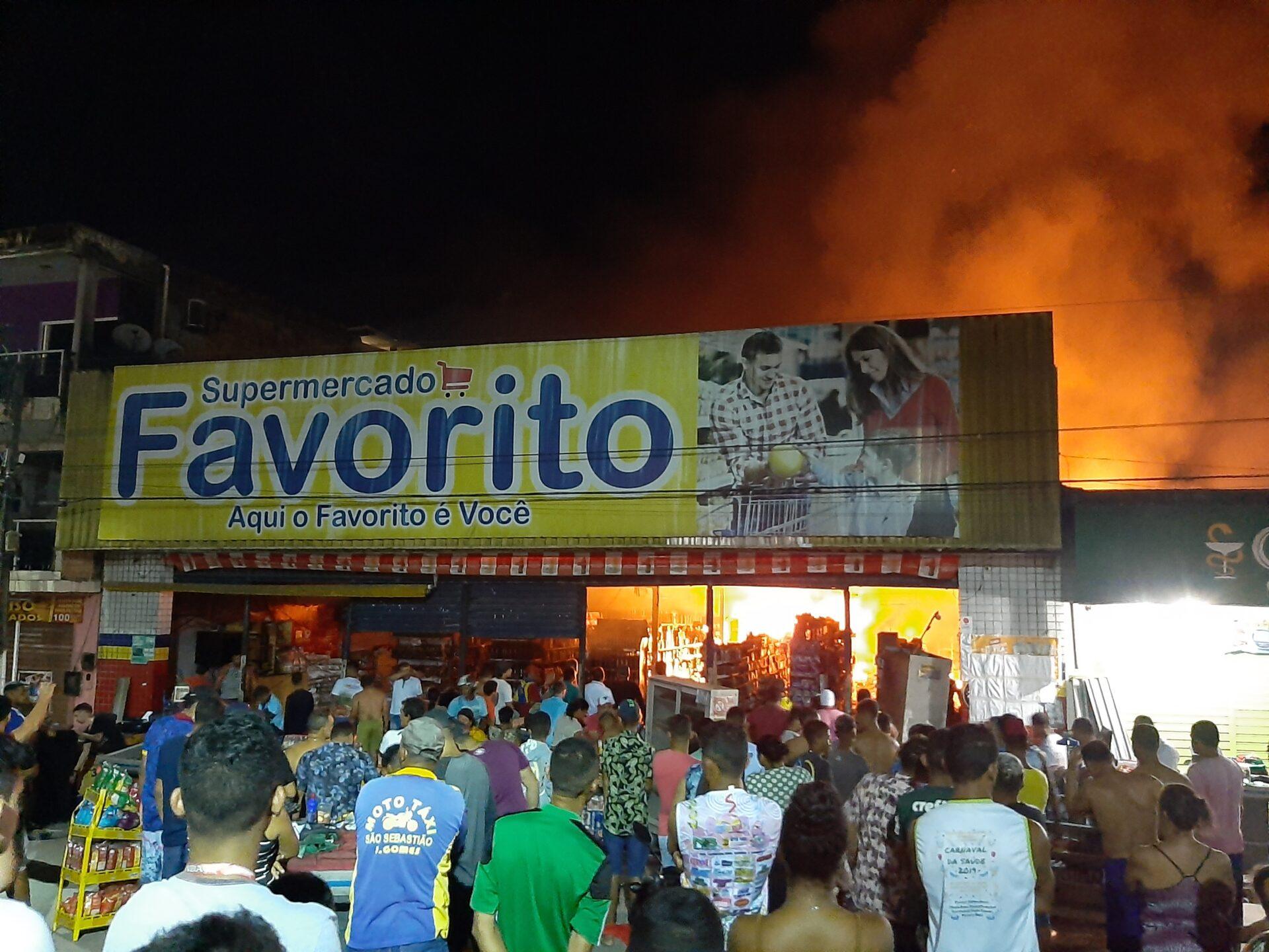 Incêndio de grandes proporções atinge supermercado em Joaquim Gomes durante a madrugada deste domingo