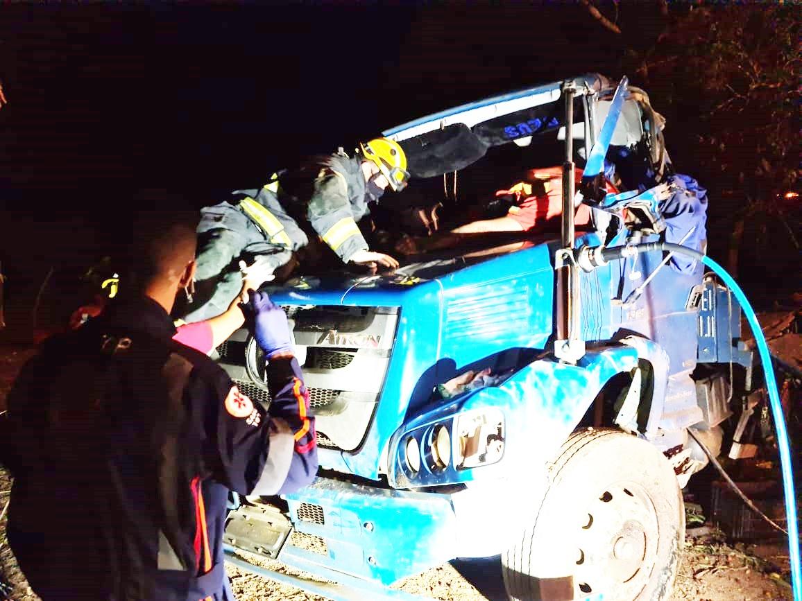 CBM de Alagoas retira corpo de jovem preso às ferragens após acidente com caminhão em Canindé-SE