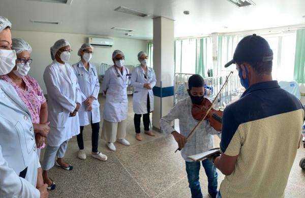 RECONHECIMENTO Garoto se recupera de infecção rara e toca violino para agradecer a equipe pediátrica do HGE