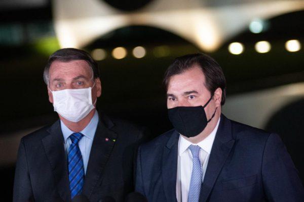 """POLÍTICA Rindo, Bolsonaro """"se despede"""" de Maia: """"Seja feliz. Tudo acaba um dia"""""""