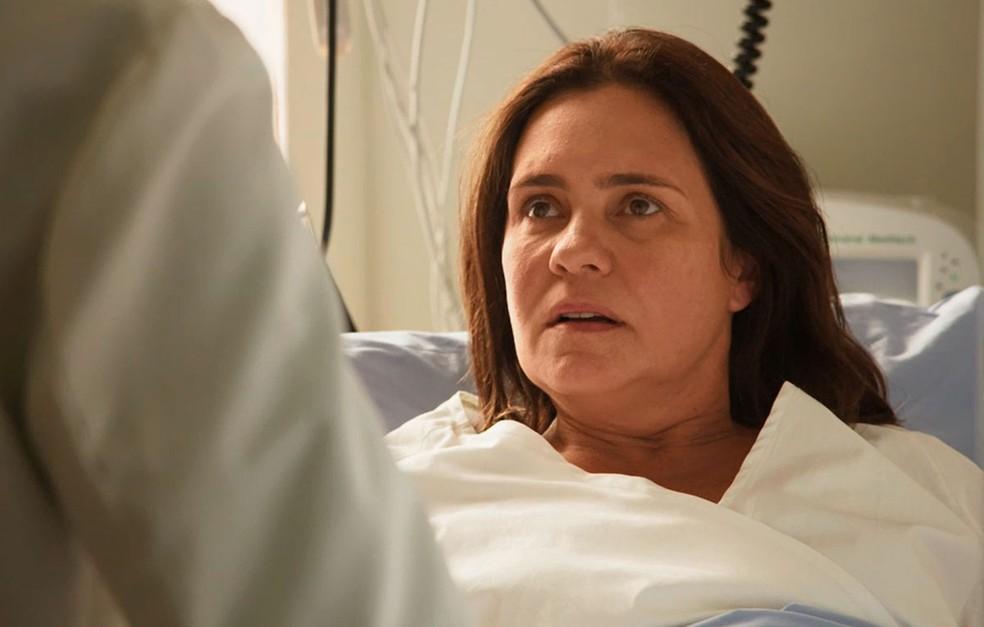 """Adriana Esteves: Globo usou até placa de acrílico para proteger atores em gravação de """"Amor de Mãe"""""""