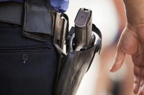 armado-guarda-costas-policial-defesa