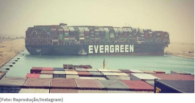 Equipes de resgate conseguem mover navio encalhado no canal de Suez (VÍDEO)