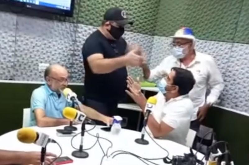 Vídeo: Homens invadem rádio para ameaçar locutor que criticou Bolsonaro